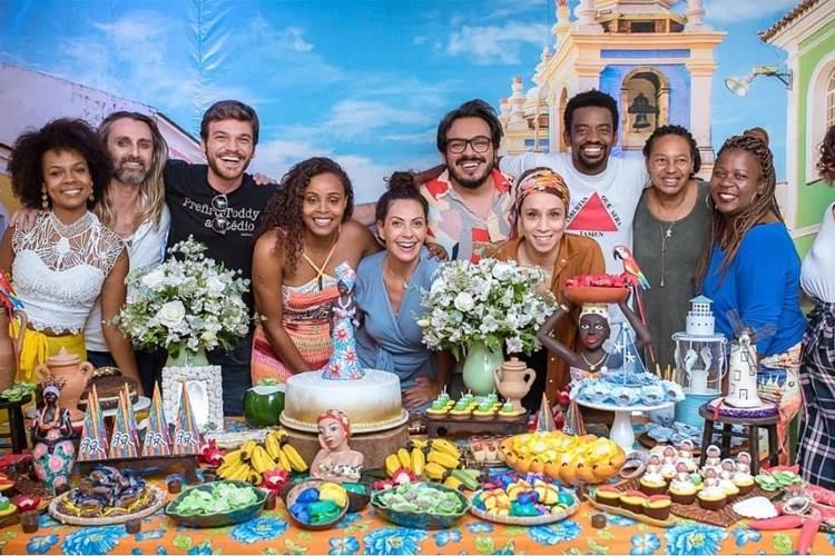 Roberta Rodrigues celebra o aniversário com elenco de 'Segundo Sol'