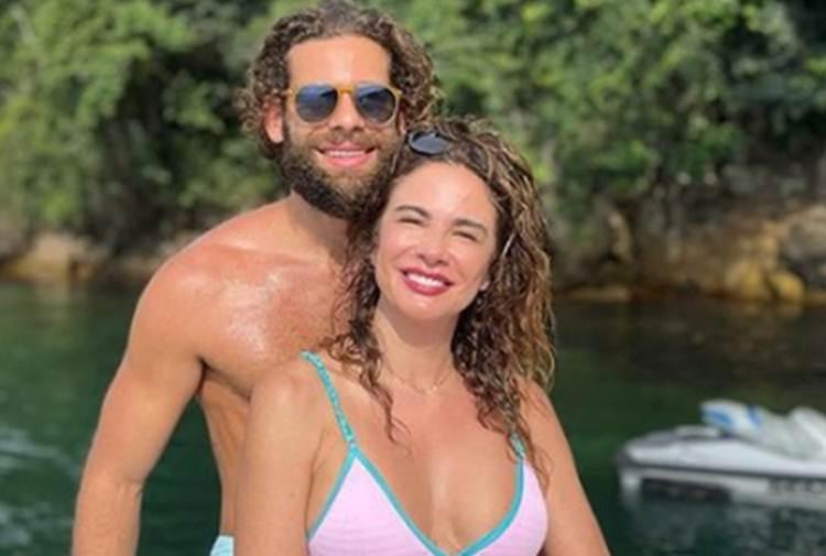 Luciana Gimenez curte passeio com o namorado