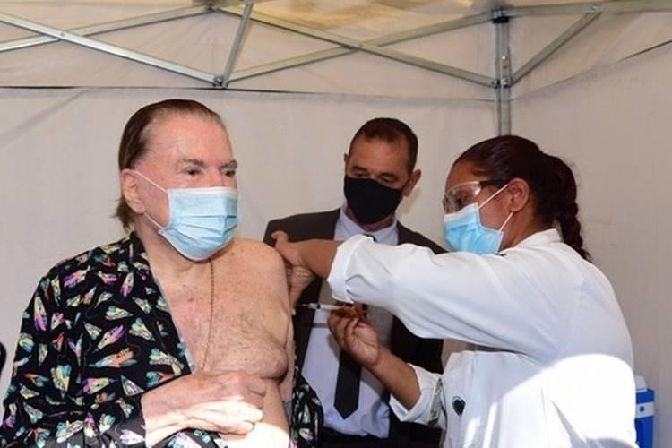 100% imunizado! Silvio Santos toma segunda dose da vacina contra Covid-19 e pode voltar a gravar no SBT