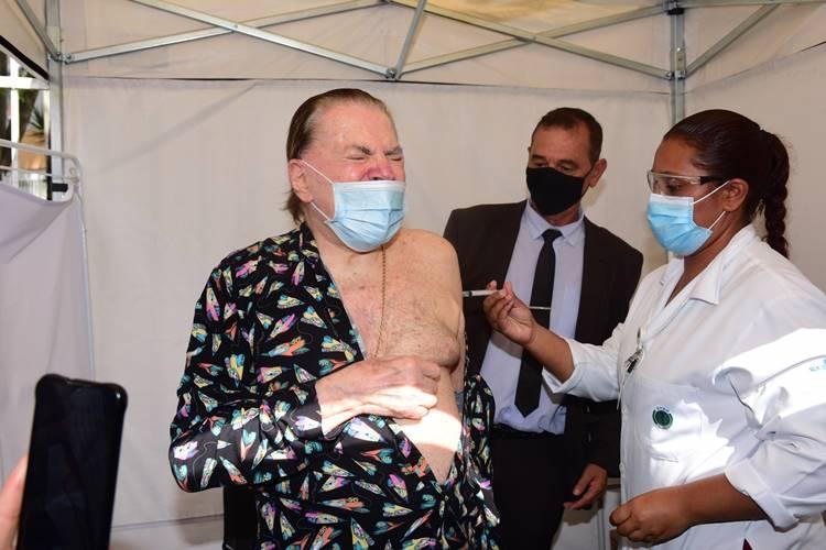 Silvio Santos sendo vacinado (Leo Franco / AgNews)