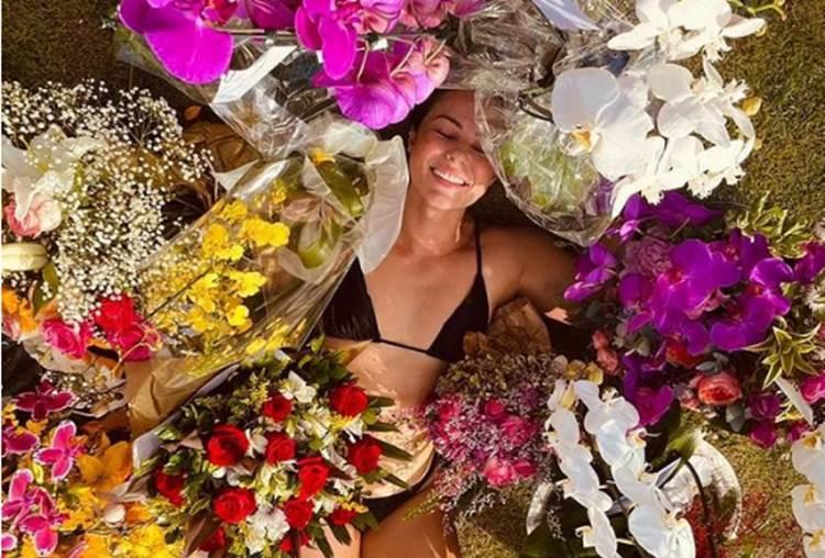 Cercada de flores, Paolla Oliveira agradece carinho e mensagens no seu aniversário