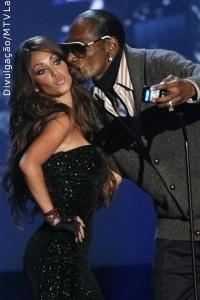 Anahí apresenta prêmio musical ao lado de Snoop Dogg